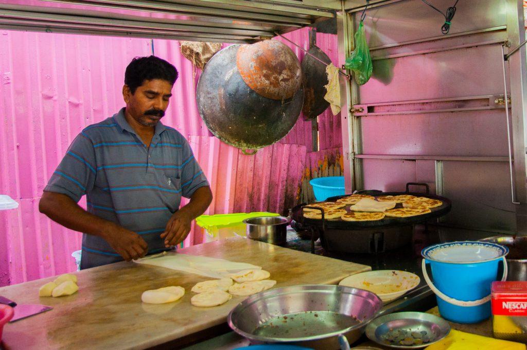 gerechten uit Maleisië - man maakt Roti Canai