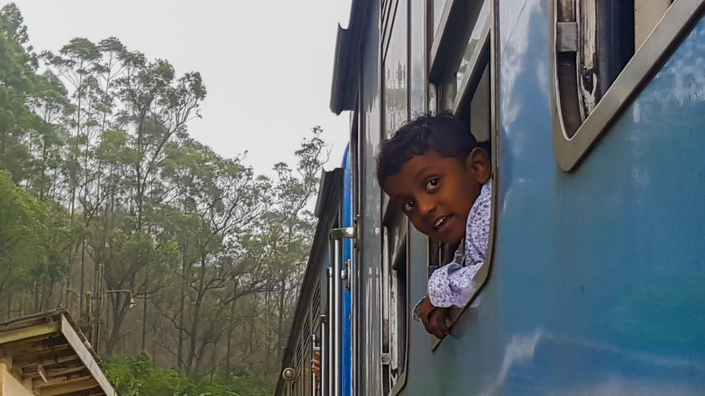 doen in Sri Lanka - jongetje uit de trein
